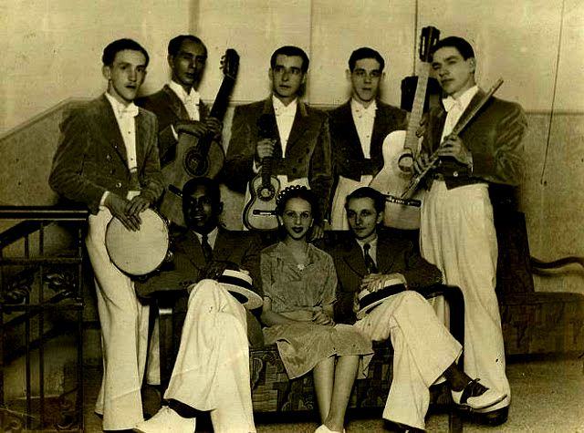 Nilo Chagas, Dalva de Oliveira & Herivelto Martins are surrounded by Benedicto Lacerda holding a flute on the extreme right. Trio de Ouro got together in 1937